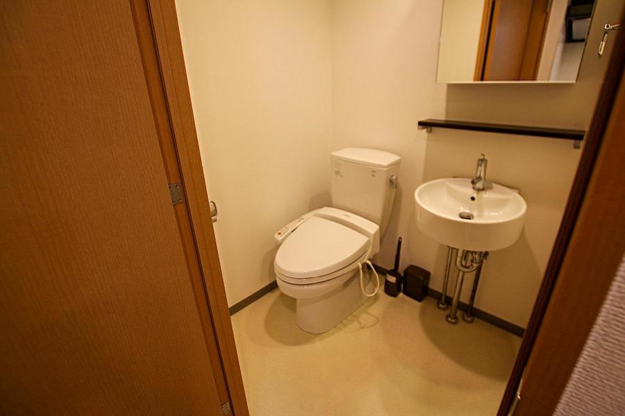 お手洗いは人気のシャワートイレつき