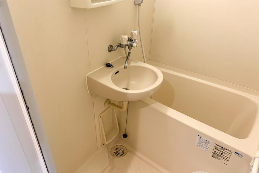 コンパクトなバスルーム。浴室乾燥機能を備えたすぐれものです