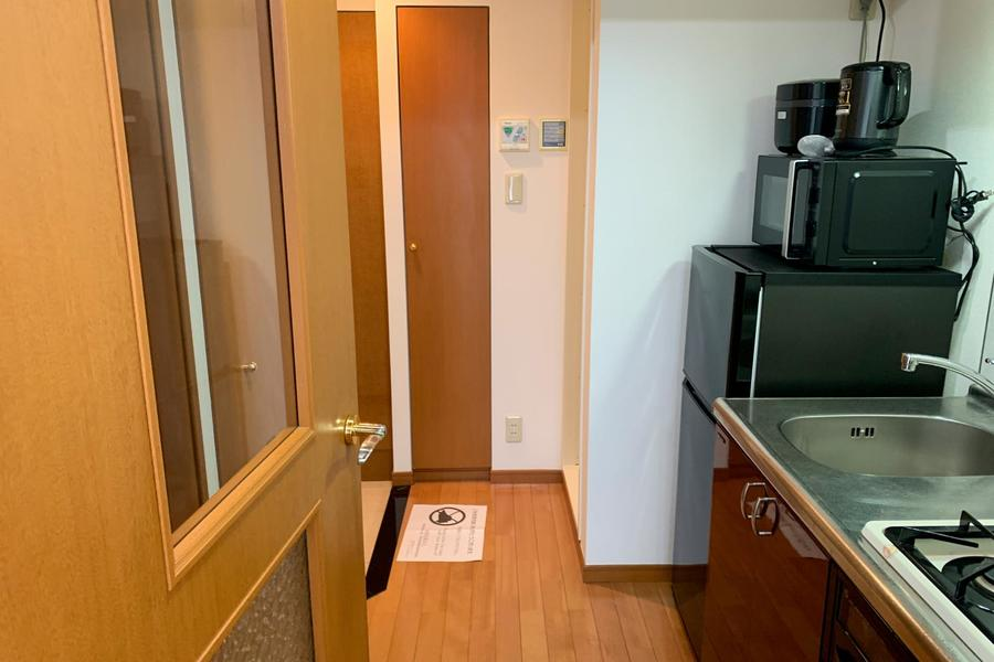 お部屋と廊下の間には仕切り扉を設置されています