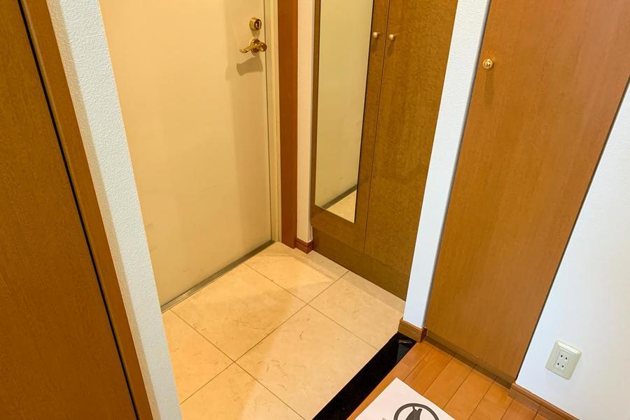 シューズボックス扉は姿見つき。お出かけ前の最終チェックにご利用ください