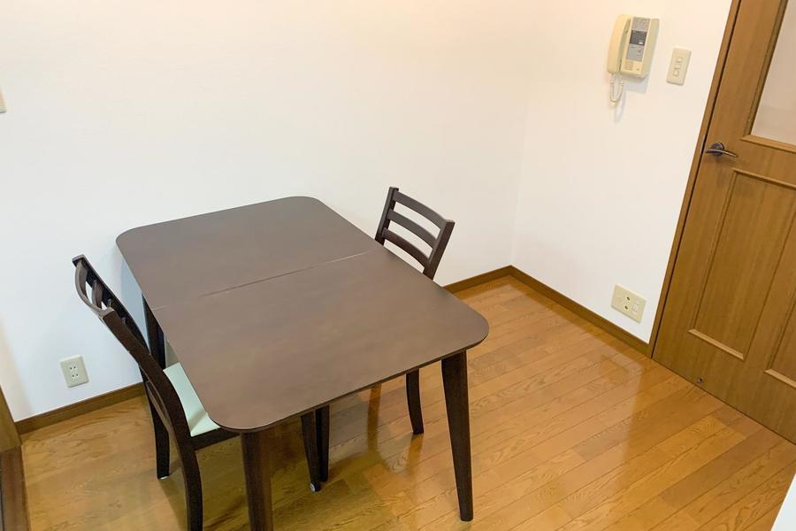 ダイニングテーブルは二人で使っても十分な大きさ