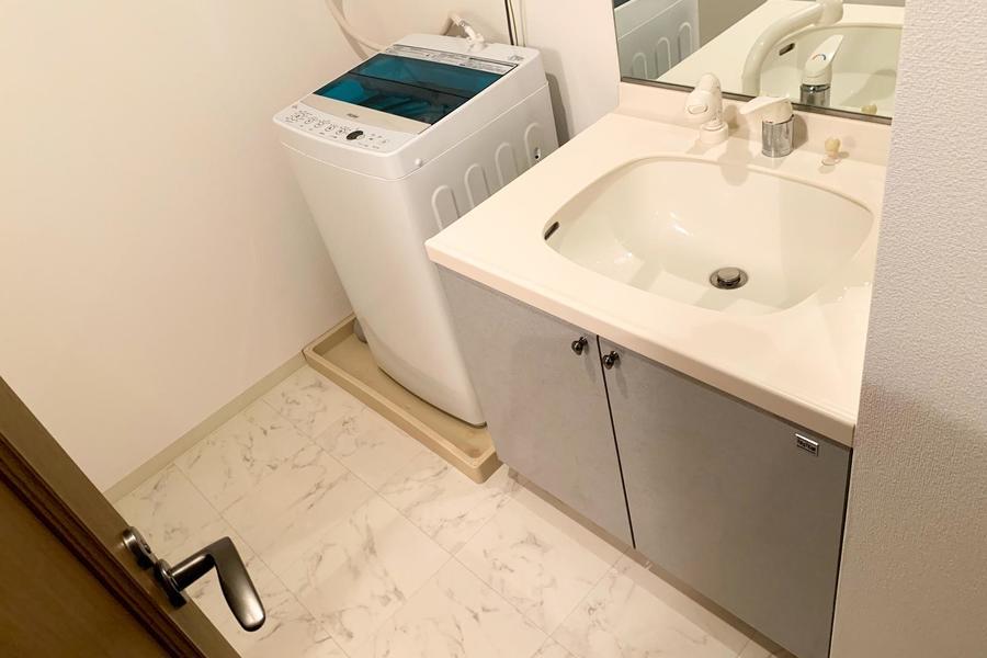 広めの洗面台は鏡も大きく、身だしなみチェックにも最適
