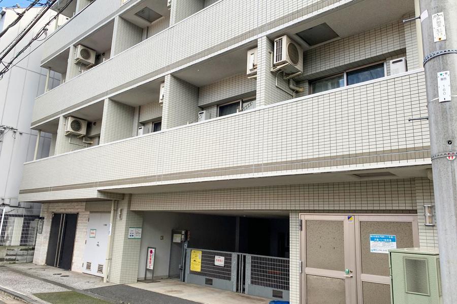 駅徒歩7分。白いタイル地が特徴のマンションです