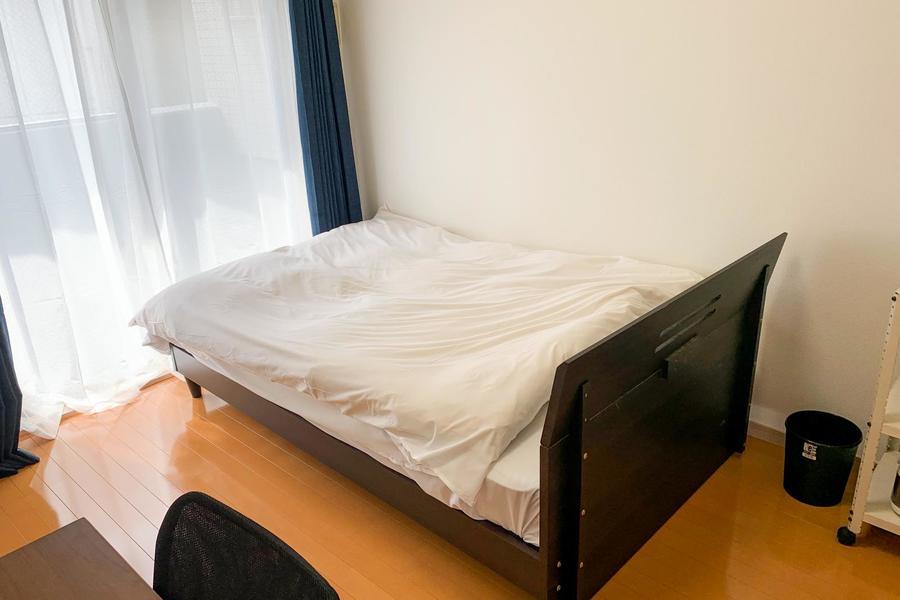 ベッドは広めのセミダブル。疲れた体をしっかりと包み込みます