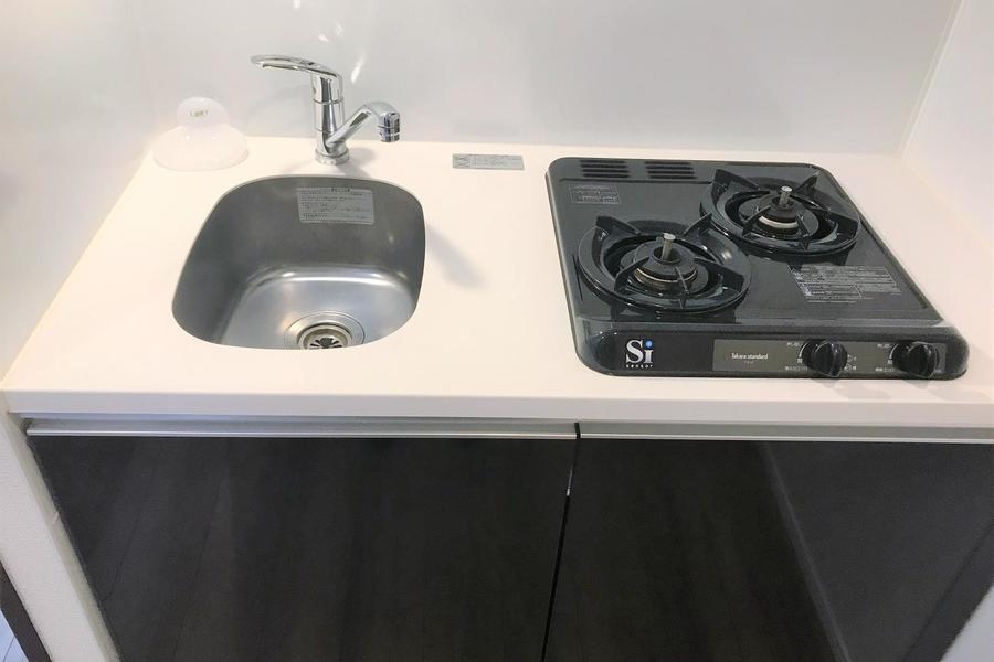 コンパクトでシンプルなキッチン。二口ガスコンロ搭載