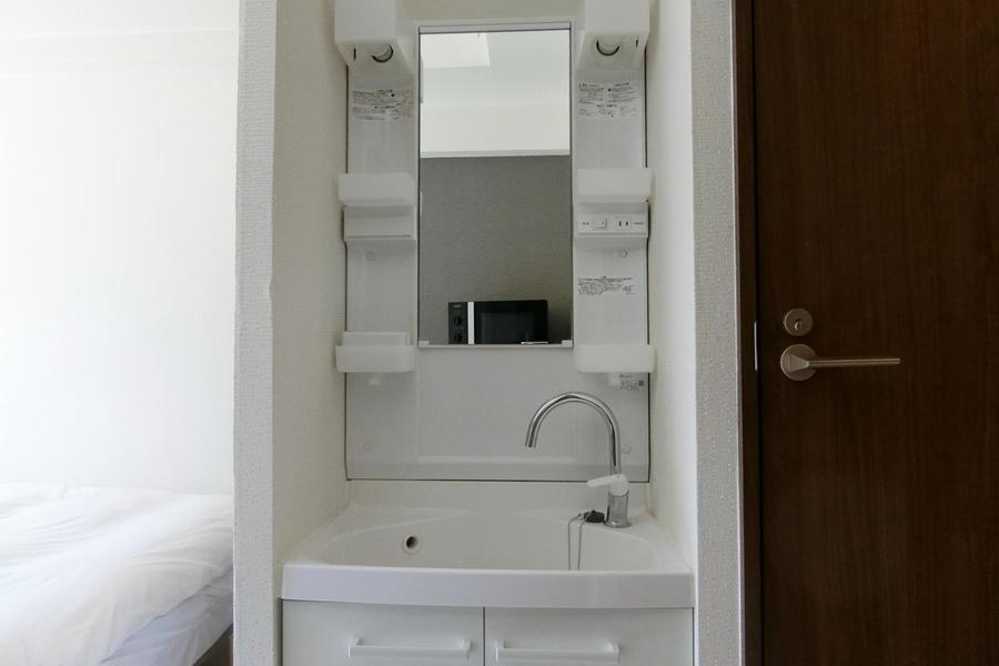 お部屋にある洗面台は清潔感がある真っ白。