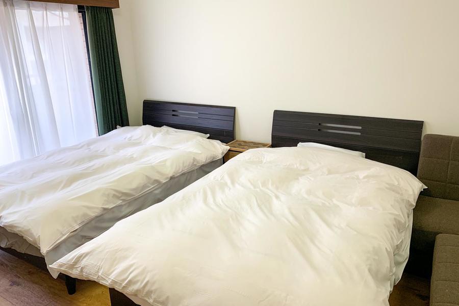 ベッドはセミダブルサイズ。窮屈さもなくぐっすりお休みいただけます