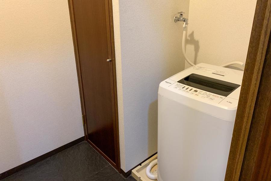洗濯機横には収納棚。タオルや洗剤などの収納にお役立てください