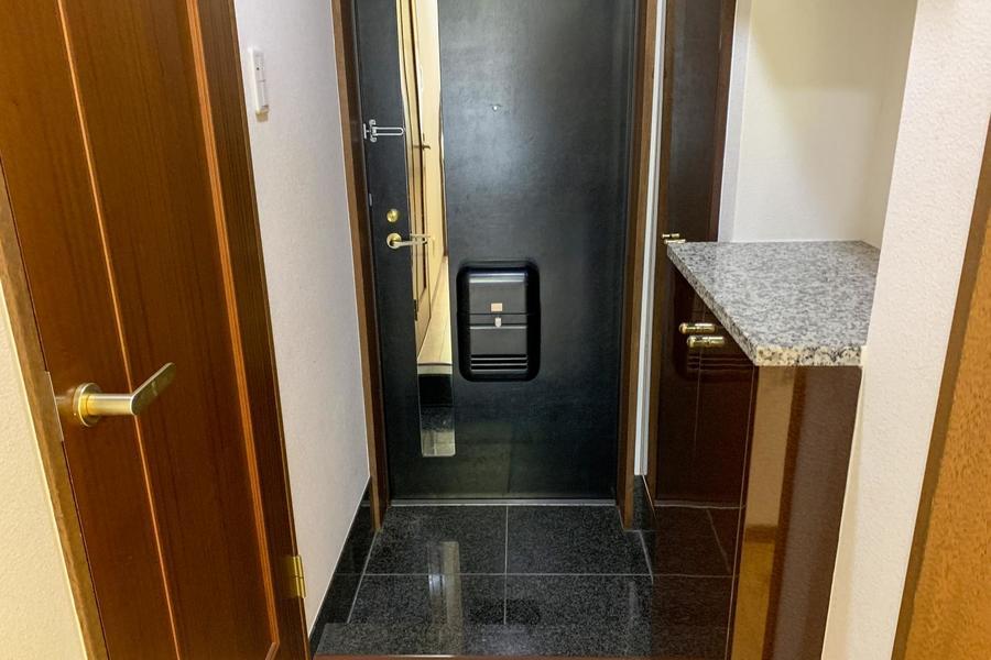 玄関はシューズボックスのほか、姿見も設置