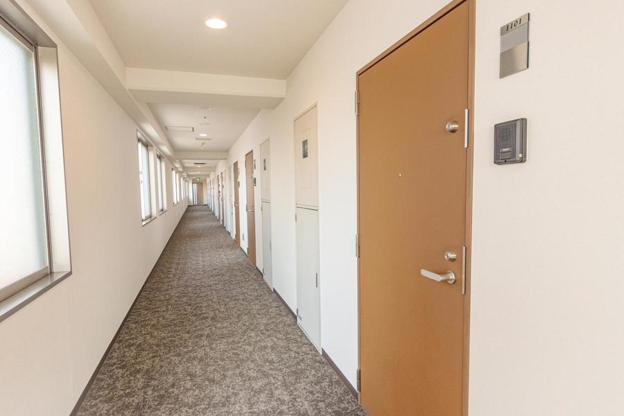 各階の廊下は絨毯で高級感があります。