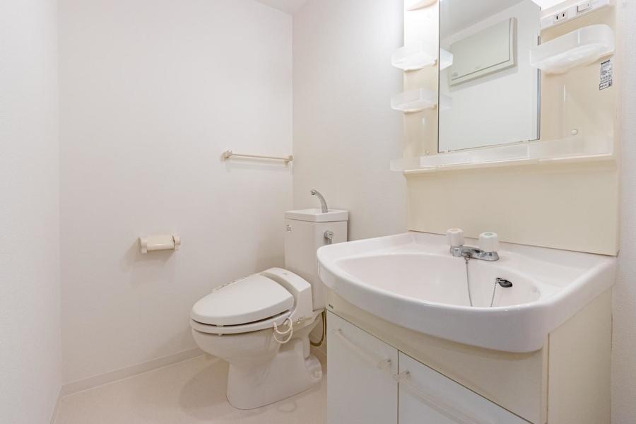 洗面所はホワイトカラーで統一させていて、清潔感があります。