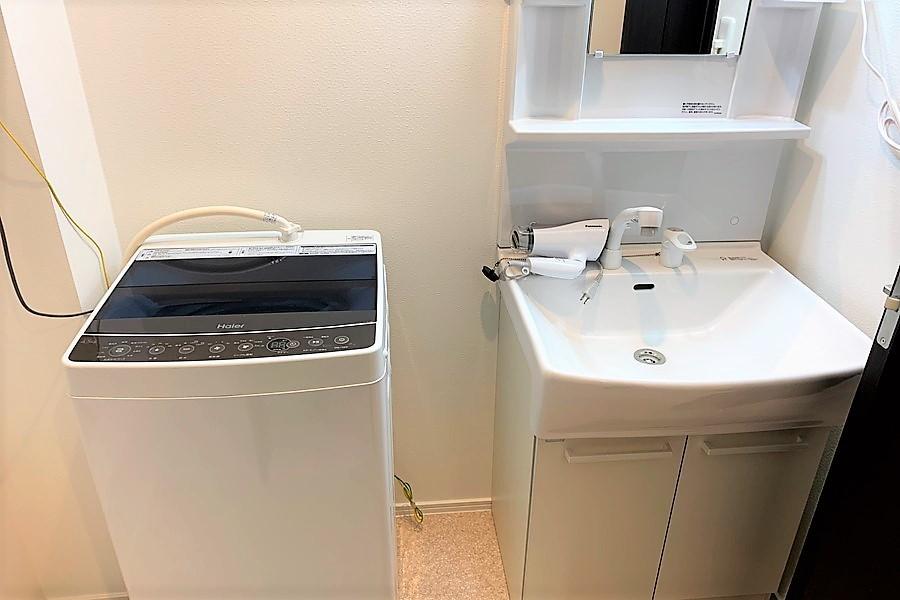 シンプルな洗面所と洗濯機は安心の室内置き