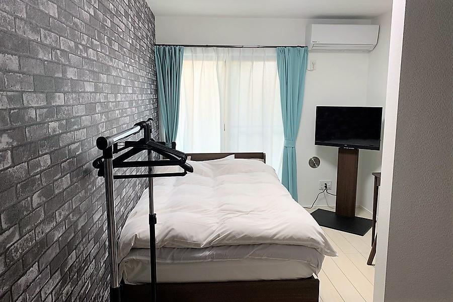 【※写真と家具が異なります】レンガ調のアクセントクロスが特徴のお部屋