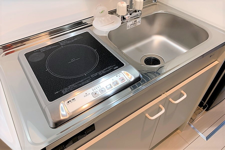 コンパクトなキッチンには火事の心配が少ないIHコンロ搭載
