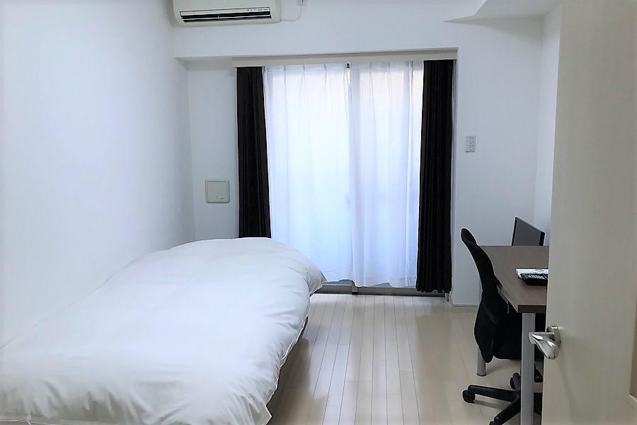 ベッドとデスクを置いてもたっぷりのゆとりがあります