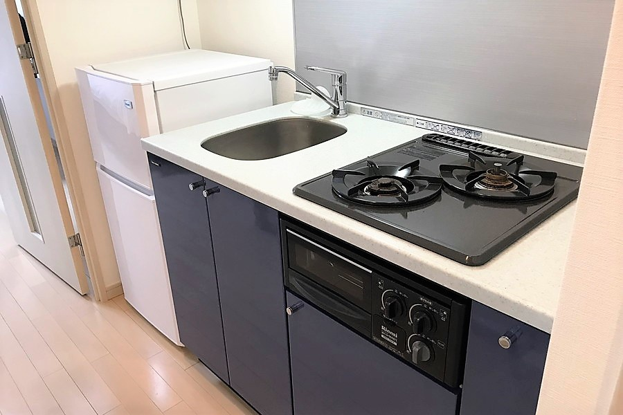 横幅広めのキッチン。ガスコンロは二口とお料理好きの方もご満足いただけます