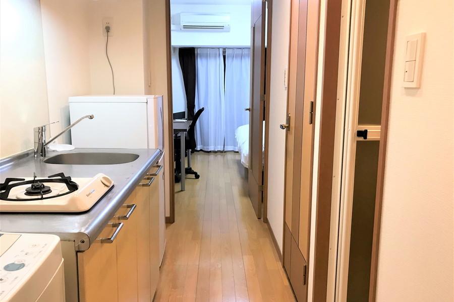 廊下と部屋は同色のフローリングで統一感があります