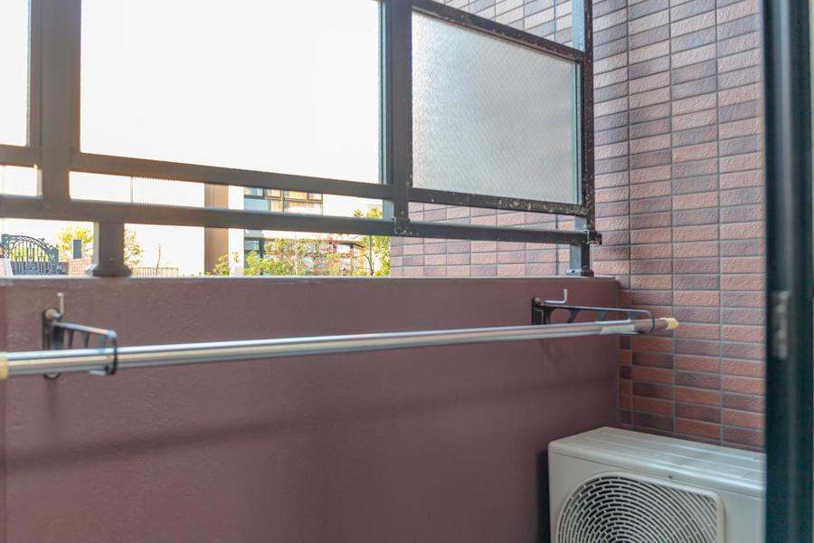 ベランダには物干しスペースがあり、外からは覗けない様磨りガラスがございます