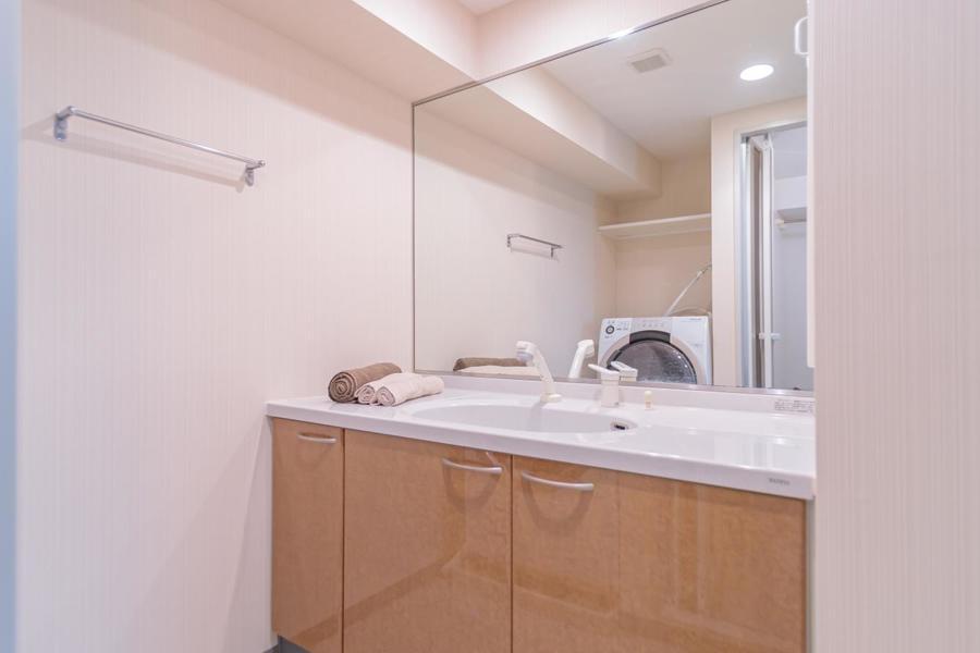 蛇口はシャワーのように伸びます!大きな鏡で女性にも嬉しいですね!
