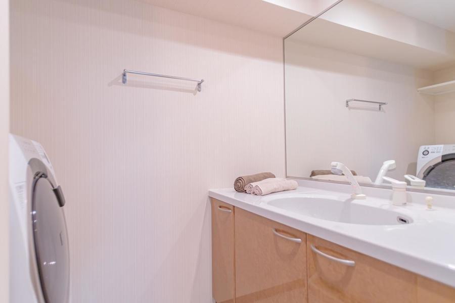 広々とした独立洗面台はシャンプーラックもございます。