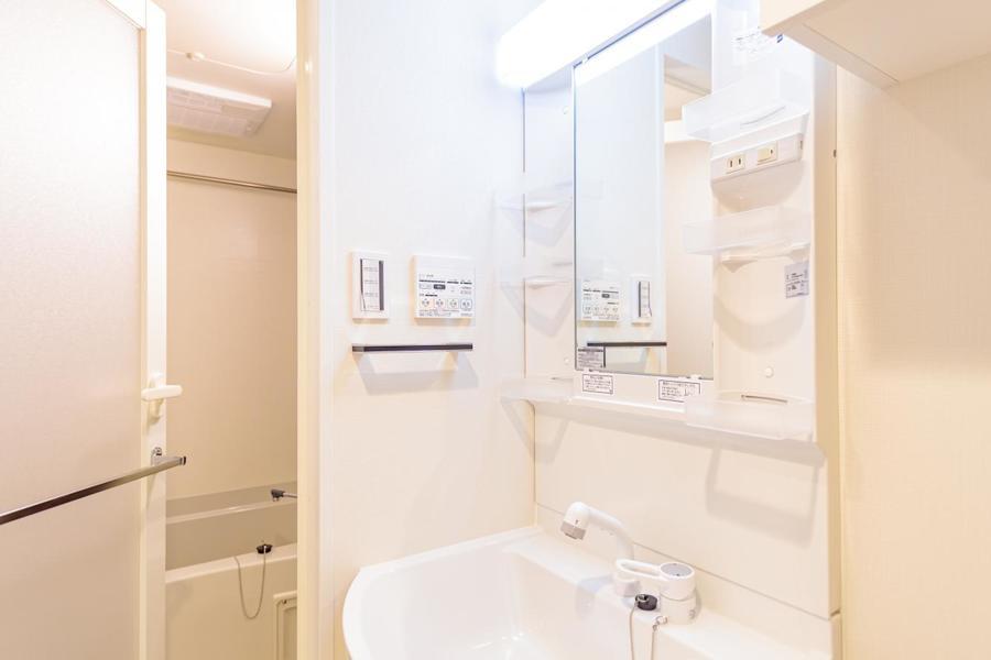 広い独立洗面台です。照明も明るいので、女性にもおすすめ。