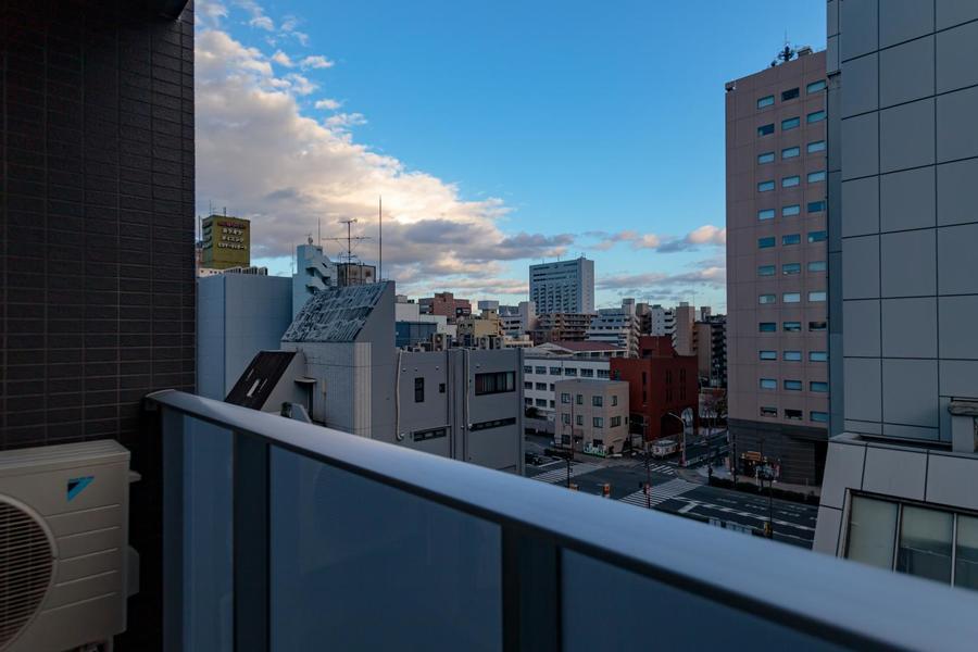 周りは繁華街ですが、高いビルも少なく、青空もキレイですよ。