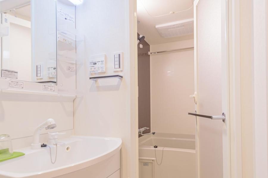 独立洗面台は広く、清潔感があります。