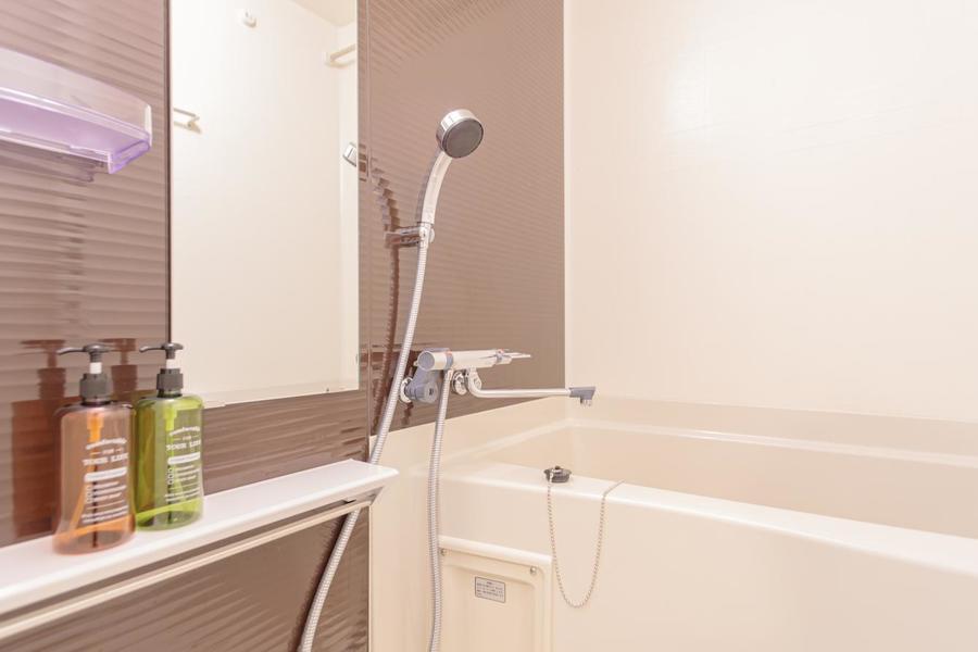 シンプルなバスルームは疲れを癒やすのに最適です。