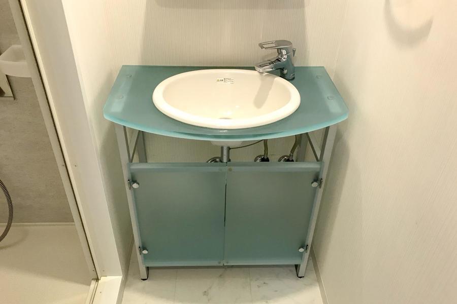 洗面台はガラスタイプ。アクアカラーを採用しより爽やかな雰囲気に