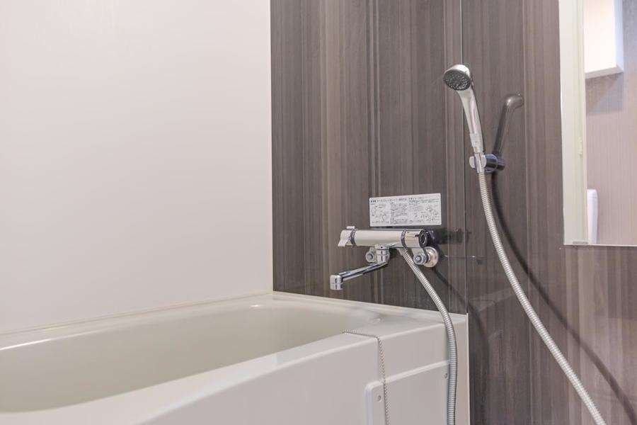 清潔感のあるバスルームは浴槽も広めです。