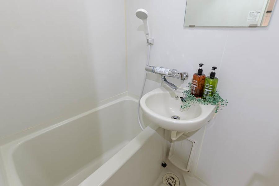 浴槽の広いバスルームです。