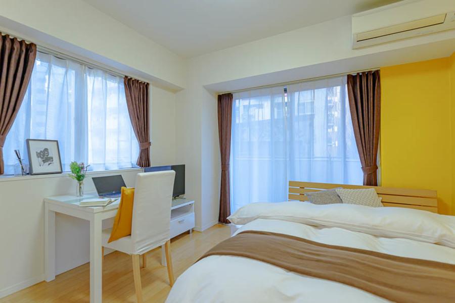 黄色い壁紙が特徴的なおしゃれなお部屋です。