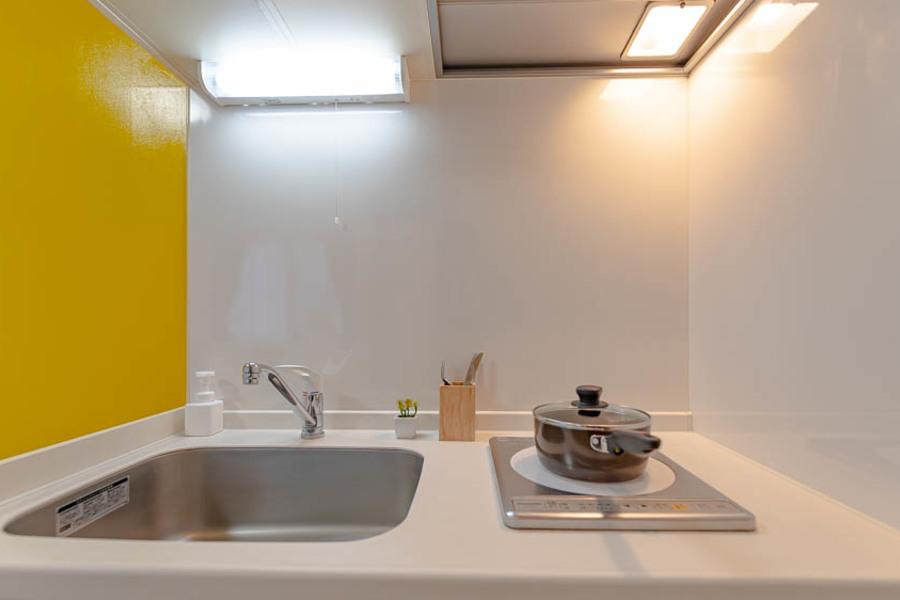 白を基調としたきれいなキッチンです。