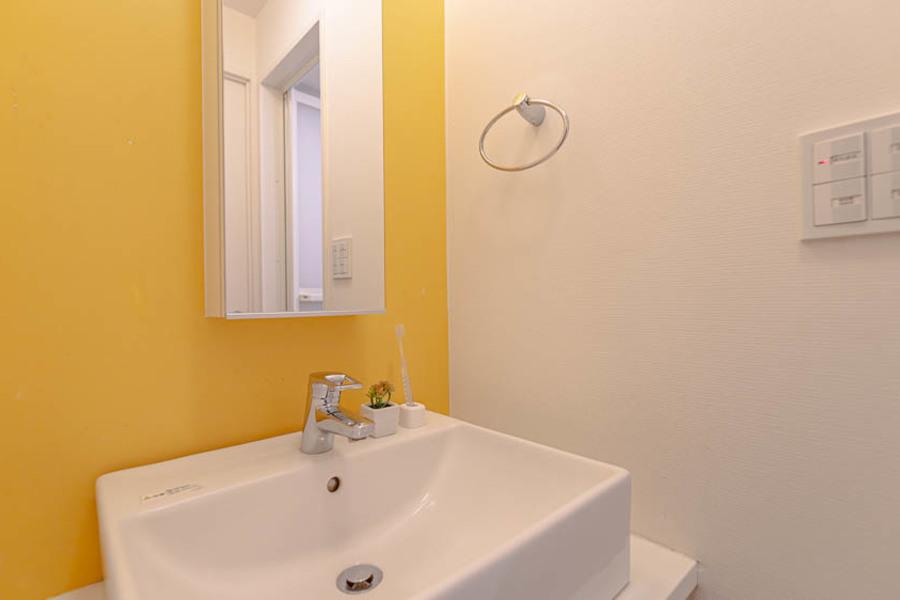 アクセントの黄色でおしゃれな独立洗面台です。