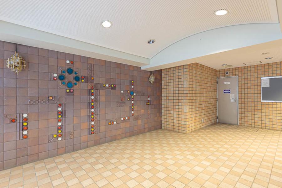 タイル張りの壁が特徴的ですね。