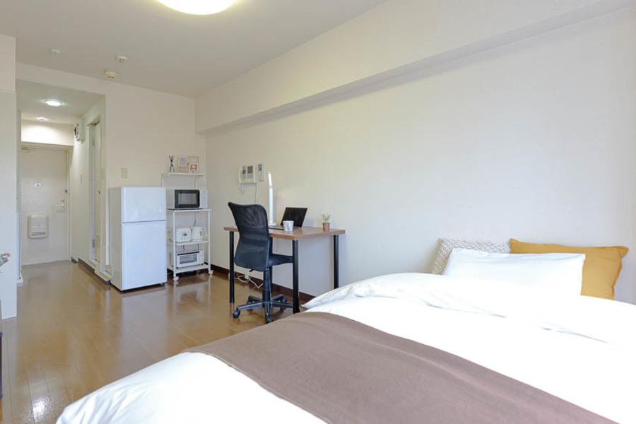 広々としたお部屋で、家具はシンプルなものが搬入されております。