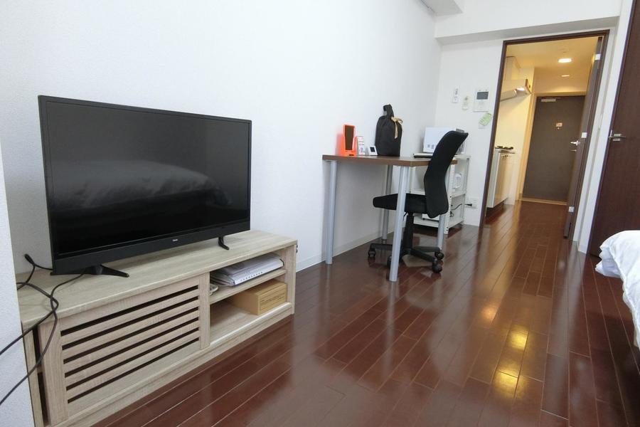 無駄の無いシンプルなお部屋。空きスペースでヨガや筋トレも可能です!