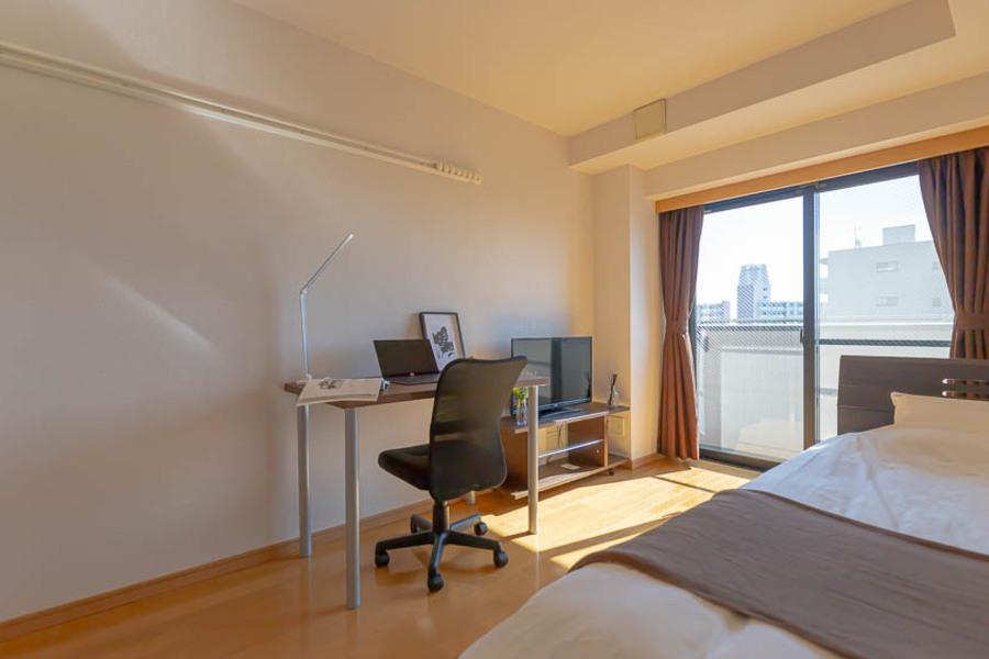 お部屋はアットインスタンダードのデスク&チェアです。