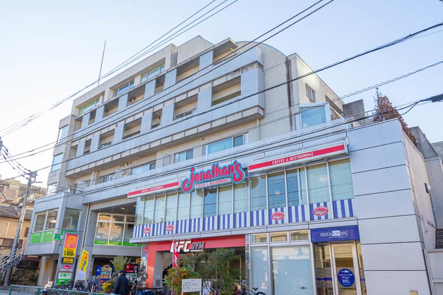 駅から徒歩3分にファミリーレストランもあり、ひとり暮らしの味方です!