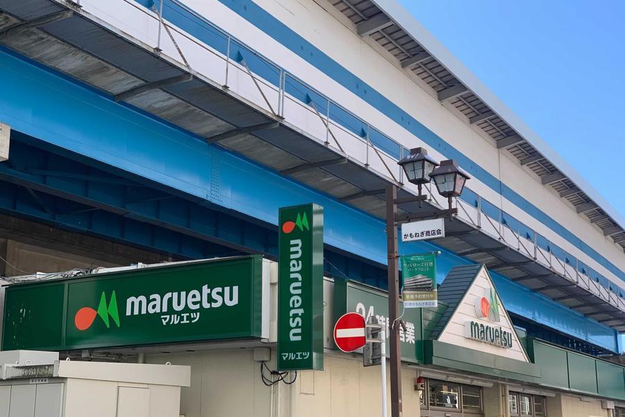 駅から徒歩2分。物件方面に歩いたところにスーパーがあります!