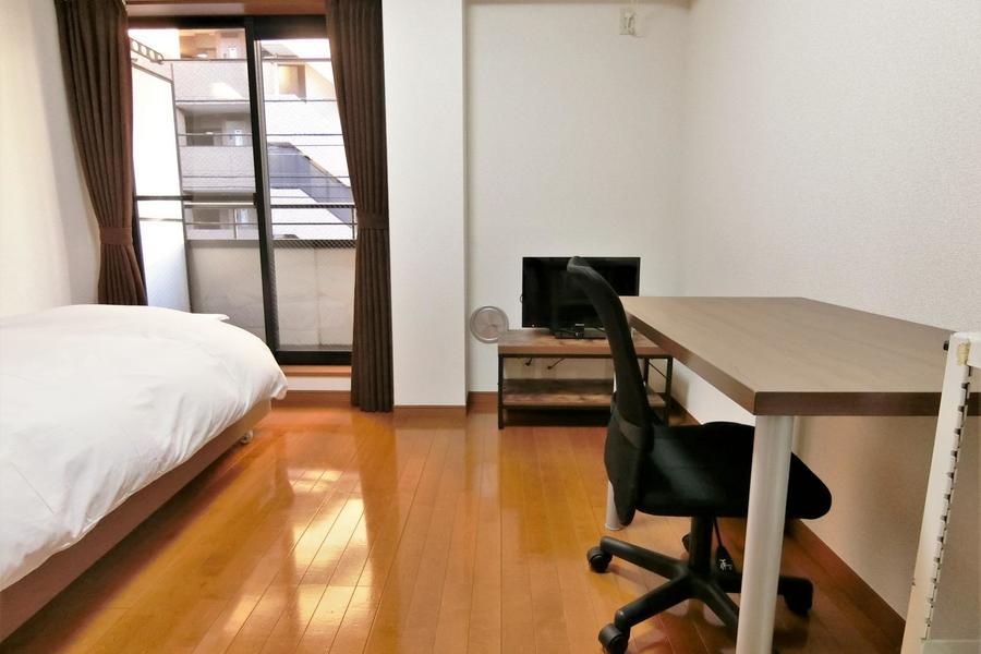 お部屋はアットインスタンダードのデスク&チェアの家具となります。