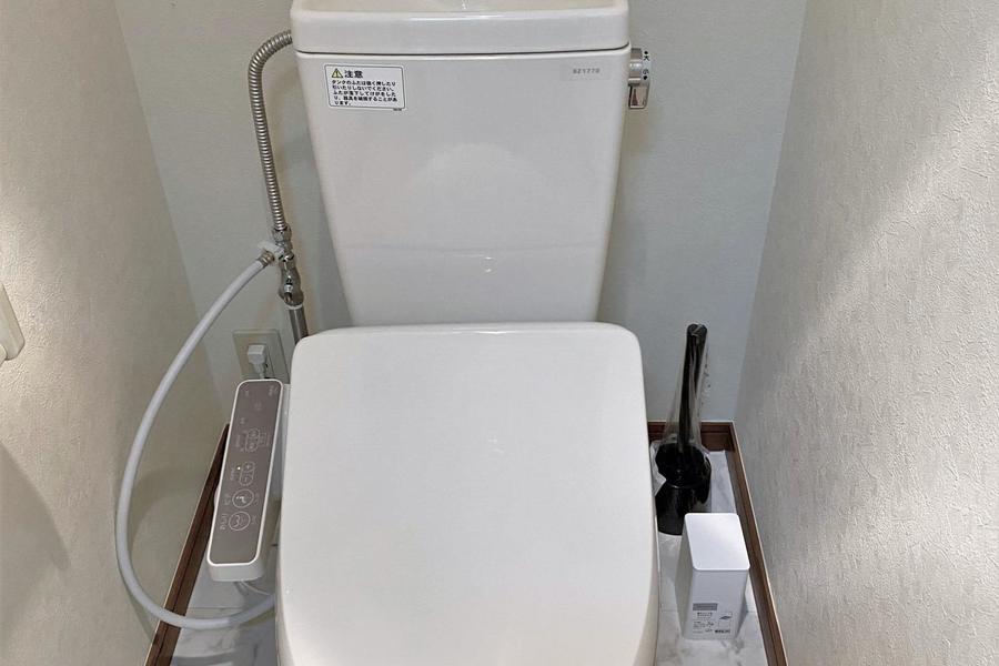 シンプルなトイレは温水洗浄便座付きとなります!