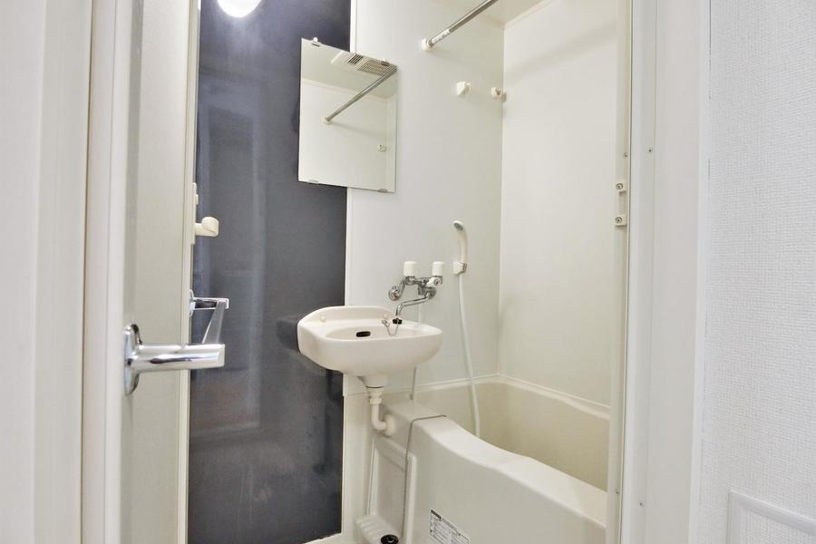 バスルームは大きな鏡もあり、広い湯船にゆっくり浸かって休めます♪