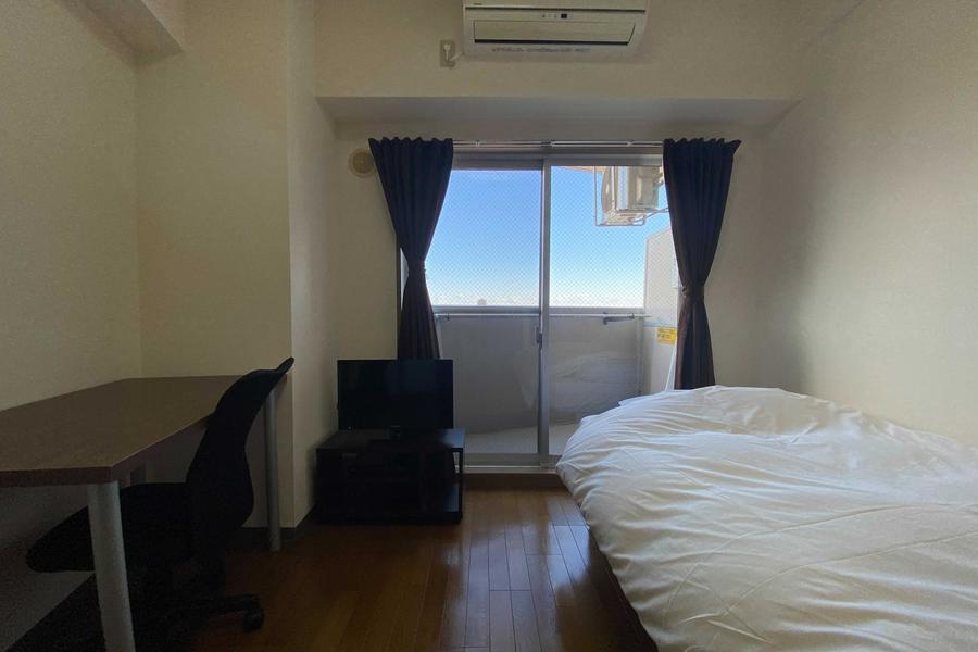 お部屋はアットインスタンダードのデスク&チェアのお部屋です。