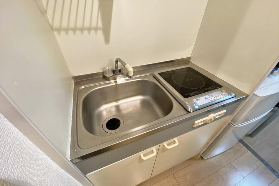 シンプルな白を基調としたキッチンとなります。