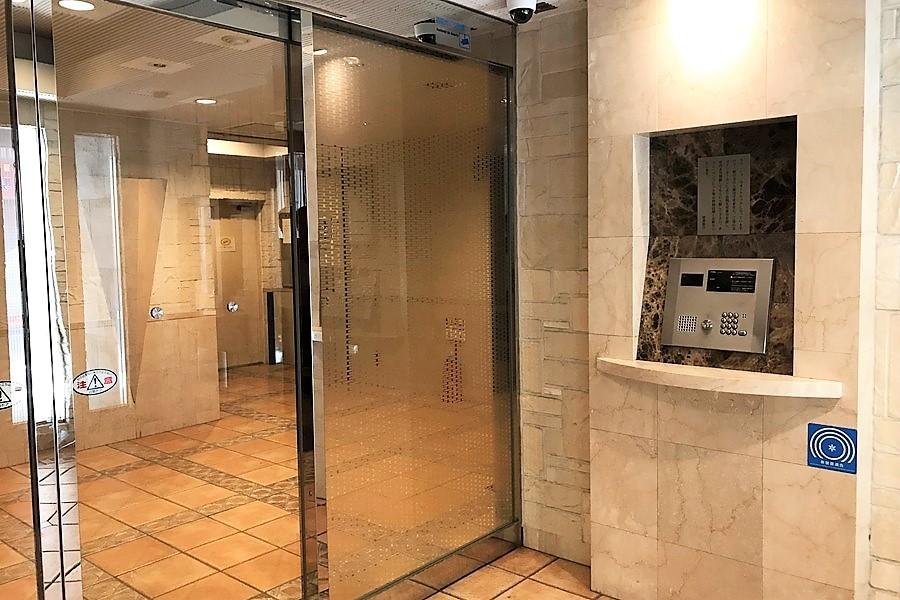 重厚感ある建物を入ると大理石調の明るい空間。安心のオートロック搭載