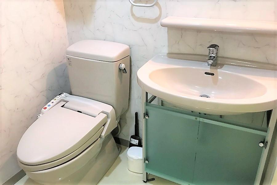 クリアな扉が目を引く独立洗面台と人気のシャワートイレ