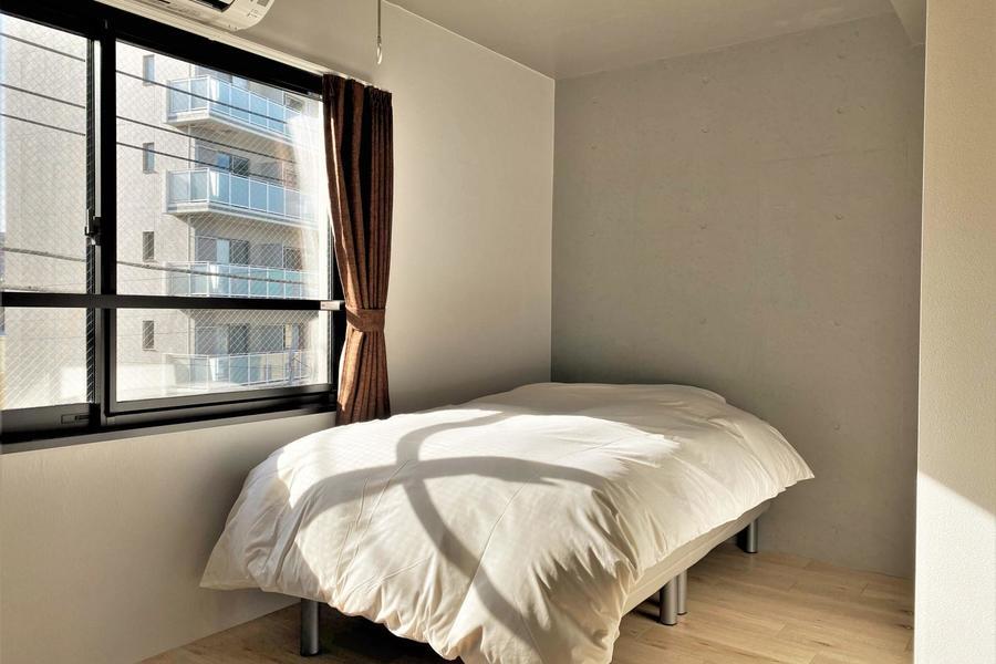 窓の光が気持ちいい広めのお部屋です