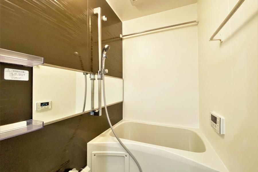 大きな鏡が特徴的なお風呂です。