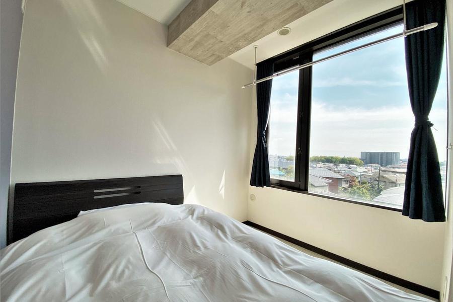 もう一つの寝室も大きな窓が特徴のお部屋です